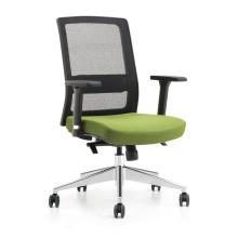 Офисное кресло с высокой сетчатой спинкой и удобными креслами