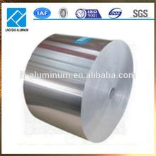 La cuisine utilise du papier d'aluminium pour contenants