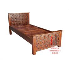 Einzelnes geschnitztes Bett