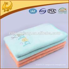 Couverture faite à la main pour nouveau-né Cousue de couvertures de coton aux couleurs pur avec broderie