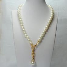 Collar de perlas con colgante de oro