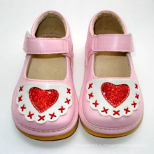 Розовая детская обувь для девочки с красным сердцем