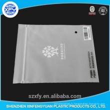 Sac plastique en plastique mat avec ziplock et logo