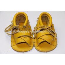 El verano ata para arriba los zapatos de los bebés calza las sandalias de cuero verdaderas de los niños de los mocasines de los bebés