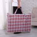 Große Speicher-Plastikwäsche, die Einkaufstaschen bewegt