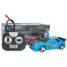 С игрушечным автомобилем с лампочкой
