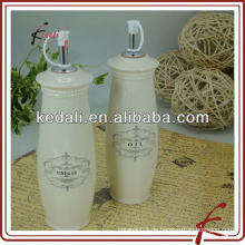 Antike keramische küchenölflasche mit prägung