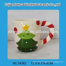 Belle tasse en céramique de sapin de Noël