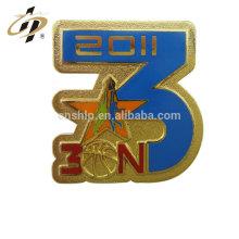 Emblema feito sob encomenda do emblema do metal do basquetebol do esmalte do presente relativo à promoção