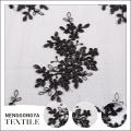 Dessins de broderie noire de prix bon marché en gros avec le tissu net