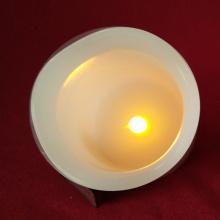 La bougie de pilier à piles blanc-ivoire a mené la lumière