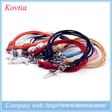 Multicolor imitação couro pulseira de titânio aço cruz pingente pulseira acessórios baratos em estoque