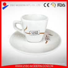 Нежный фарфоровый чайный чашечек с чашкой и блюдцем