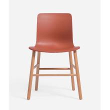 beliebter Kunststoffstuhl mit Buchenbein und Fußstütze