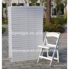 Chaise pliante en résine blanche avec coussin