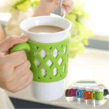 Tasses en céramique blanches en gros de 15oz avec la poignée en silicone colorée