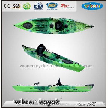 Erholungs-Single sitzt auf der Oberseite Plastikfischen-Kajak