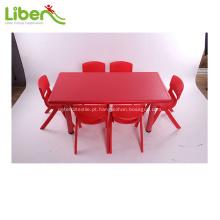 Cadeiras e mesas stundent da escola