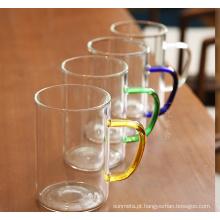 Canecas de vidro com várias cores