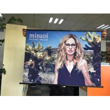 Affiche suspendue d'articles promotionnels de magasin et de production