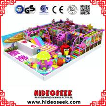 Equipamento interno do campo de jogos do tema dos doces com artigos elétricos