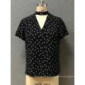 женская блузка с V-образным вырезом