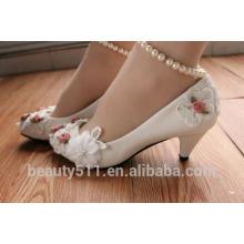 Les petites chaussures de demoiselle d'honneur blanches avec un talon bas et un talon haut pour les chaussures de mariée WS028