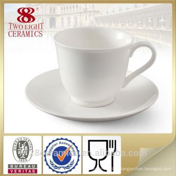 Дешевая простая кружка белого кофе и чашка в штоке для оптовой продажи