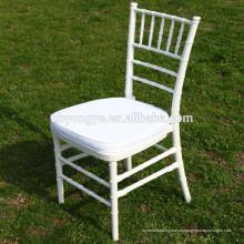 Белые свадебные стулья отеля с белой подушкой