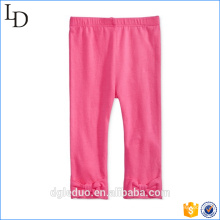 El niño encantador jadea el vestido rosado de los pantalones del algodón de los cabritos para la niña