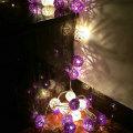 Luz de la secuencia del día de fiesta de Navidad de bola de ratán púrpura