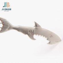 Abridor de garrafa feito sob encomenda do metal do tubarão da carcaça da liga do logotipo do projeto livre com chaveiro