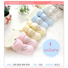 El bebé colorido calza los zapatos de bebé para el invierno