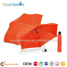 Regenschirm des persönlichen Sonnenregenschirmes orange im Freien