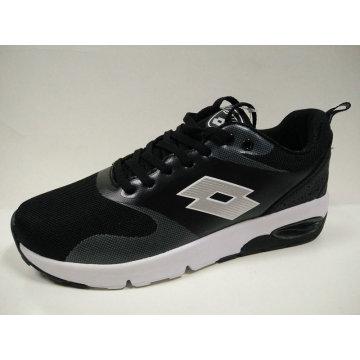 Almohadilla de aire negro al aire libre de las señoras joven que activa el calzado