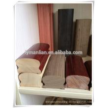 Escalera de caracol de roble rojo con barandilla de madera de haya.