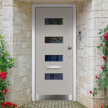 Входные двери из массива дерева с простым современным дизайном