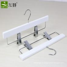 cintres en bois blanc avec clips
