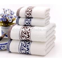 serviette de luxe brodée de logo de couleur unie