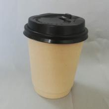 Vaso de papel desechable con tazas de café con tapa negra