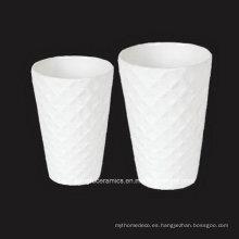 Jarrón de porcelana blanca con superficie en relieve