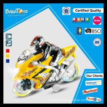 Mini motocicleta dos brinquedos novos com o homem caçoa a motocicleta
