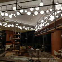 Saguão de hotel moderno pendurado contas de vidro de cobre em forma de bola branca e luzes de lustre
