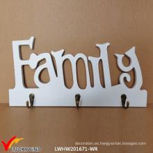 Ganchos de madera de la pared de la pared blanca antigua de la familia en una tarjeta