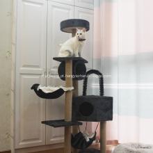 Gato de sisal arranhando torre de árvore de gato de poste