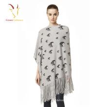 Señoras cálidas cráneo diseño Merino Cashmere Poncho con borla