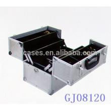 boîte à outils en aluminium forte argent avec 4 plateaux en plastique et des compartiments réglables sur le fond de boîtier