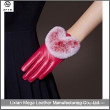 Senhoras, dirigindo, mão, feito, vermelho, cor, couro, luvas, coelho, pele, alinhado