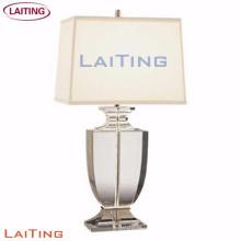 Vidrio al lado de la lámpara de mesa Lámpara para el hotel