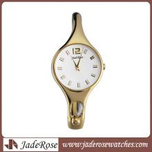 Reloj de pulsera de moda y mujer hermosa